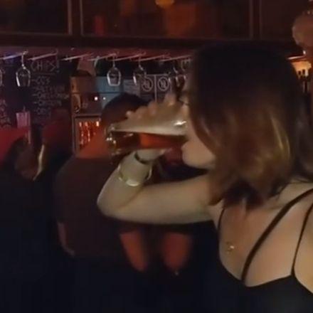 Vrouw drinkt snel haar bier op