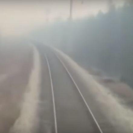 Trein in Rusland rijdt door bosbrand heen