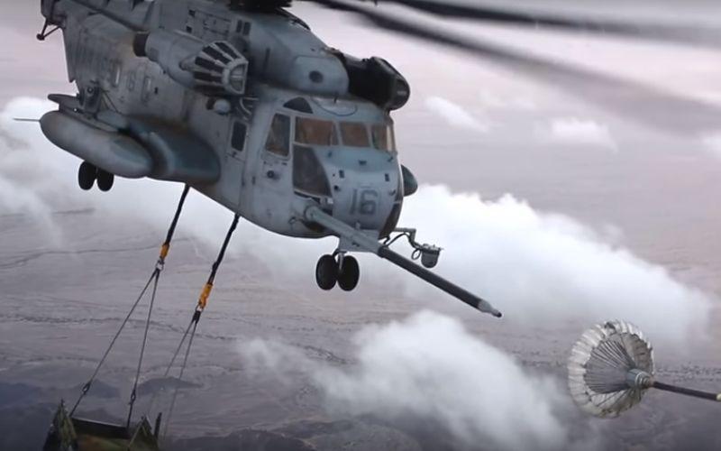 Grote helikopter aan het bijtanken met hindernissen